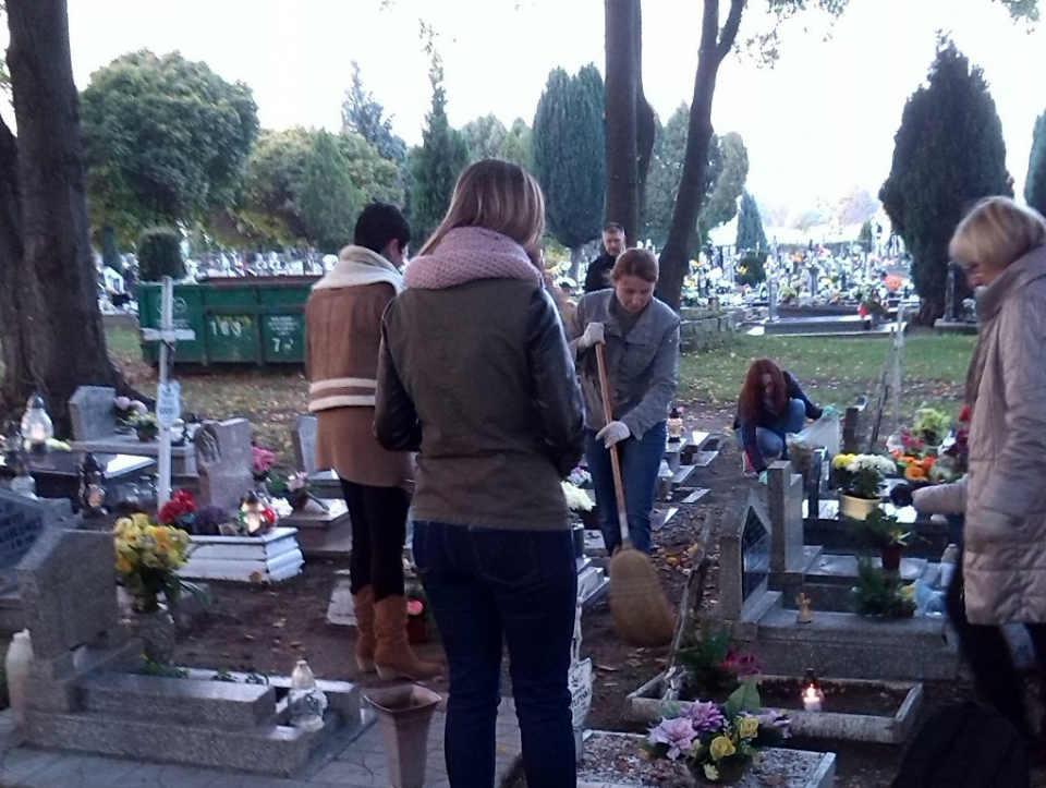2014-11-03-akcja porządkowania grobów@powiat głogowski